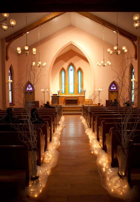 Galhos secos e um caminho de luz para o altar