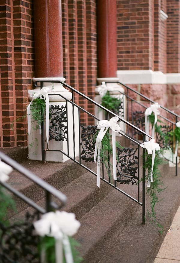 Folhas e fitas para uma decoração externa simples