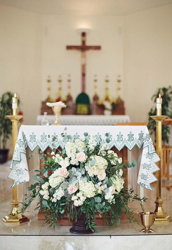 Decoração de flores no altar