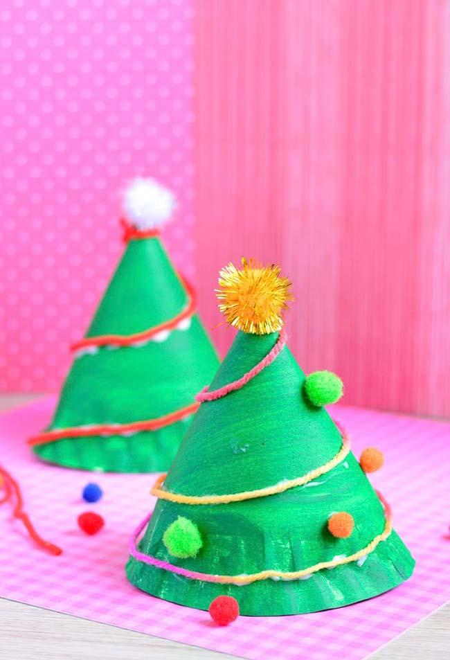 Pequenas árvores de Natal com papelão