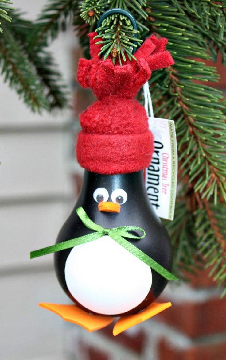 Enfeite em formato de pinguim feito com lâmpada