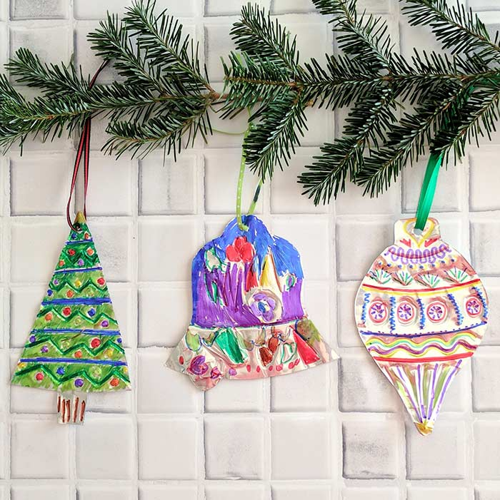 Coloque as crianças para pintar os enfeites de Natal