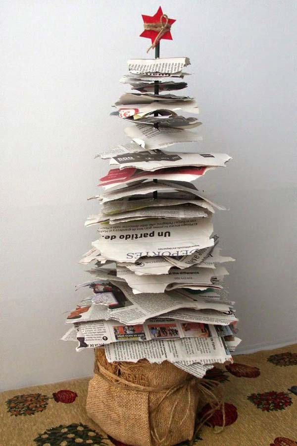 Enfeite de Natal reciclado feito com folhas de revista/jornal