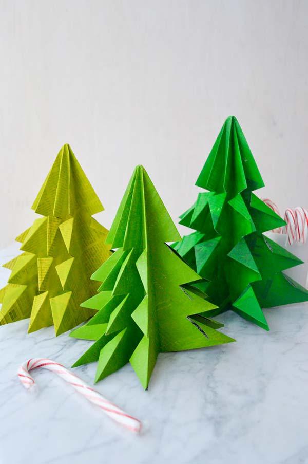 Enfeite de natal reciclado: pinte as folhas do jornal ou revista para dar as cores de Natal