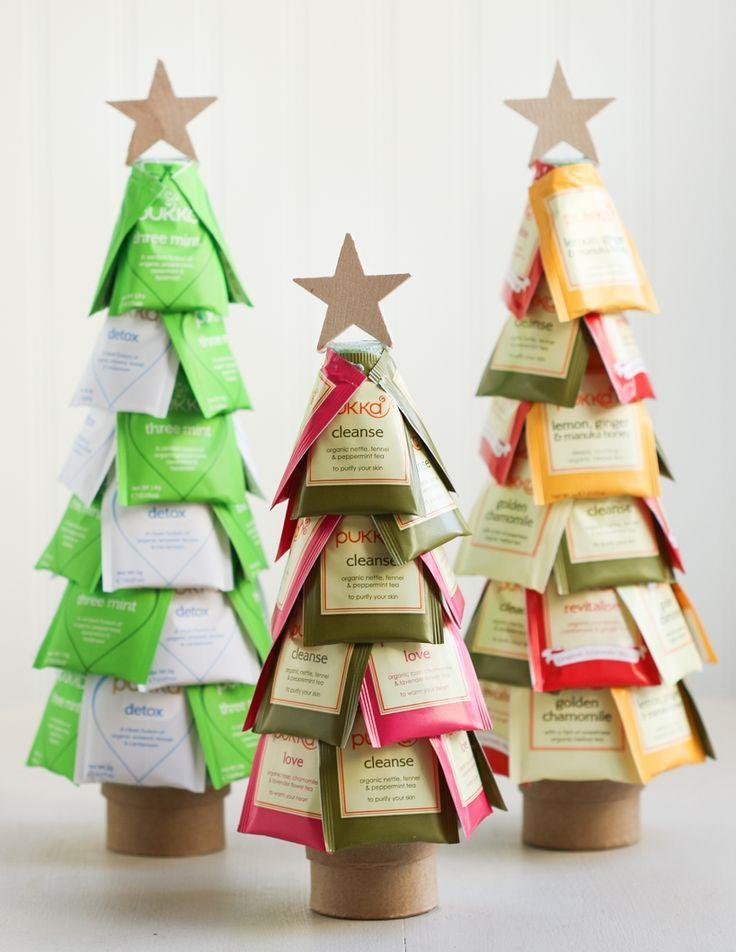 Rolo de papel toalha e embalagem de chá para fazer a árvore de Natal
