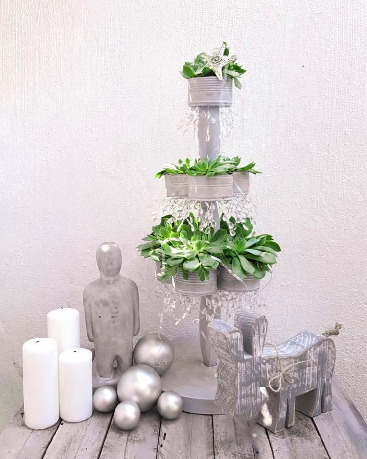 Árvore de Natal feita com latas