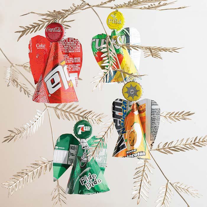 Adereços para a árvore com embalagens de refrigerante