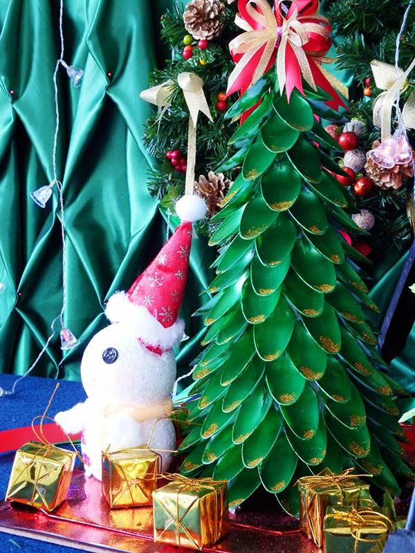 Colheres descartáveis como base para a árvore decorativa