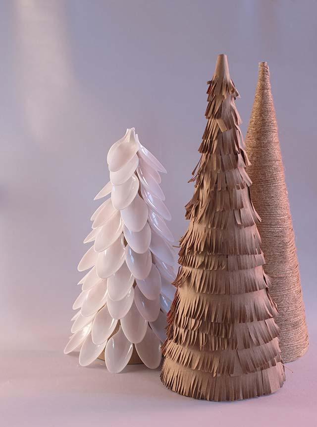 Árvores pequenas decoradas e recicladas