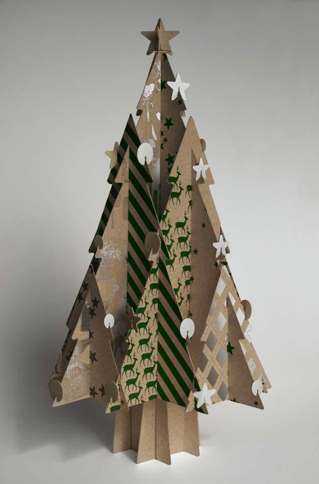 Use o papelão para montar a árvore de Natal