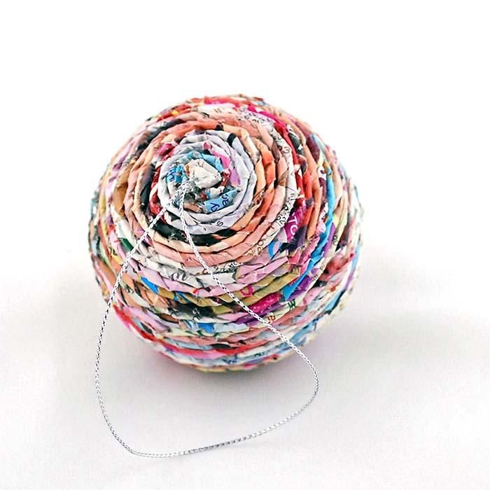 Bola natalina reciclada feita com papel de revista