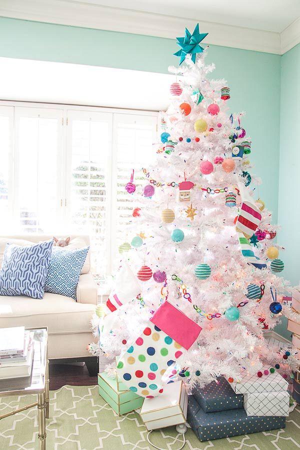 Árvore de Natal branca com detalhes coloridos e divertidos