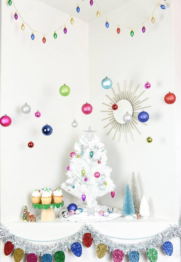 Árvore branca e um Natal colorido.