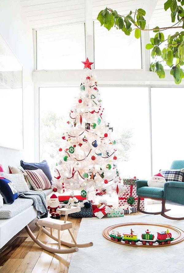 Base branca com detalhes coloridos nas cores do Natal