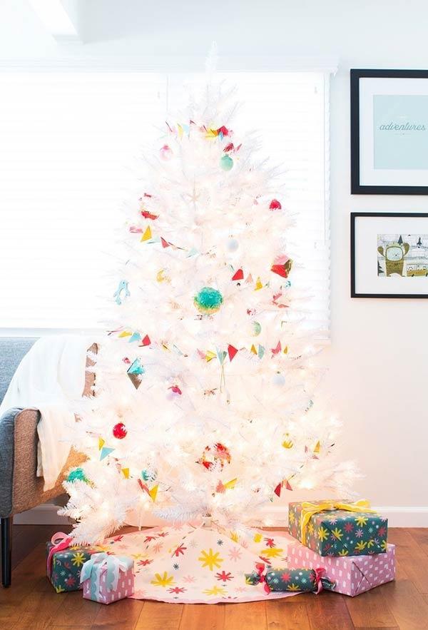 Dobradura de papéis coloridos para decorar a árvore