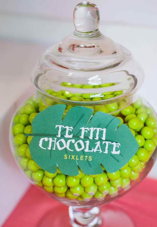 Chocolates em bolinhas na mesa