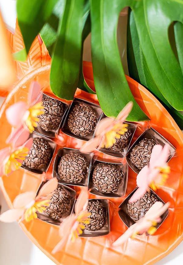 Lindos brigadeiros com plaquinhas de flores