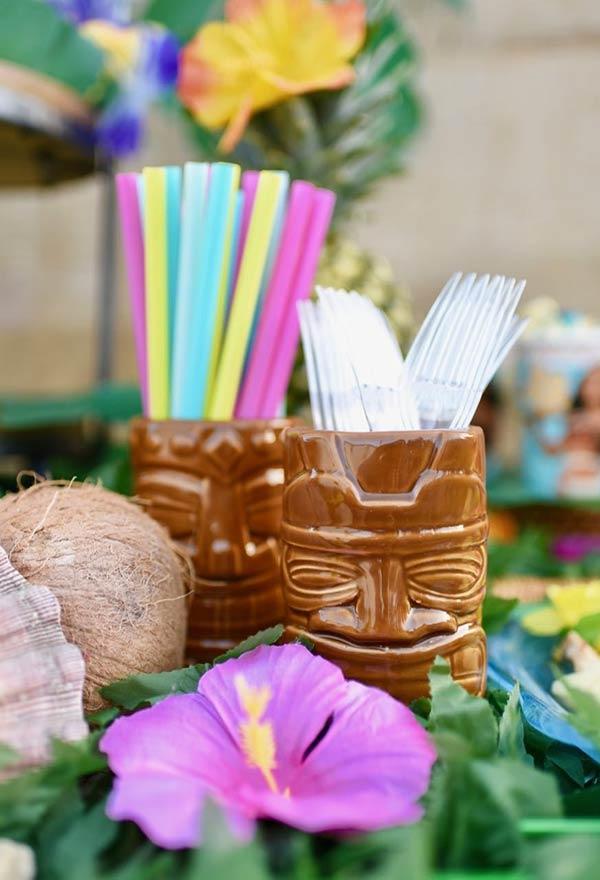 Máscaras tribais, coco, flores e conchas