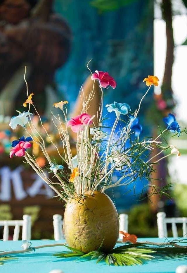 Arranjo de flores coloridas com vaso de coco