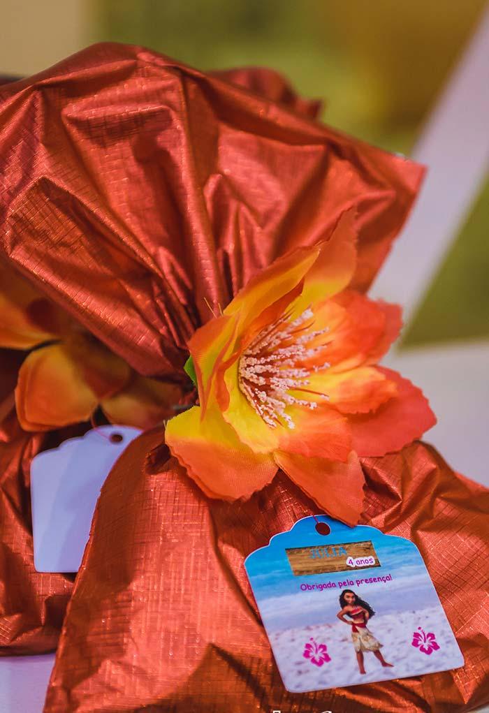 Lembrancinha com saquinho com flor e tag