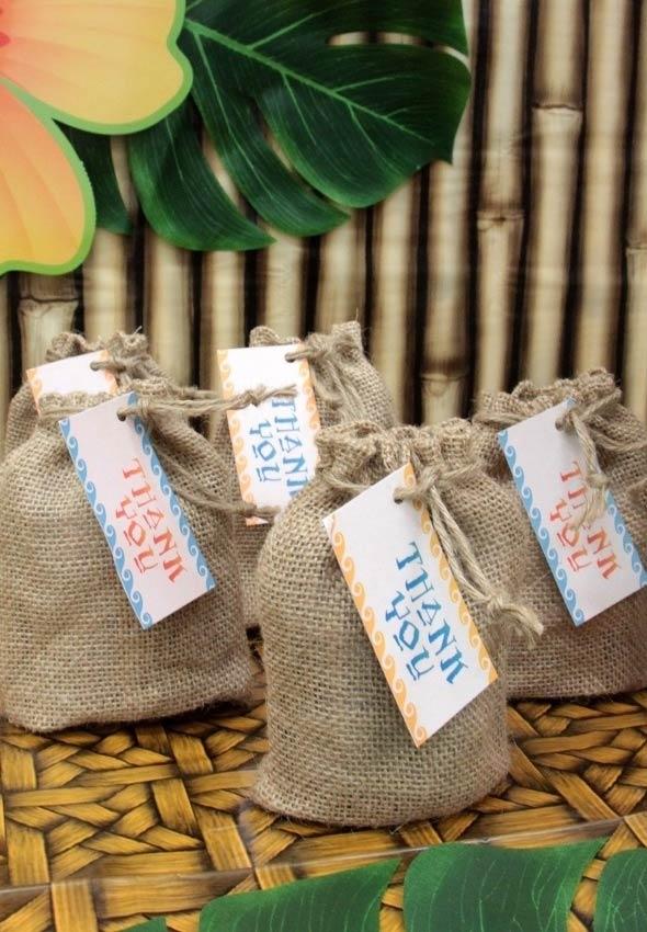 Saquinhos de juta com tags da tribo