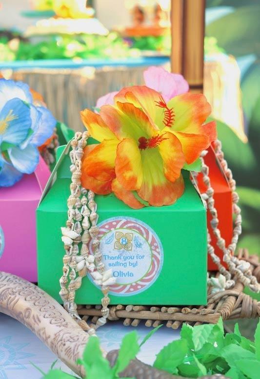 Flores e conchinhas no kit moana