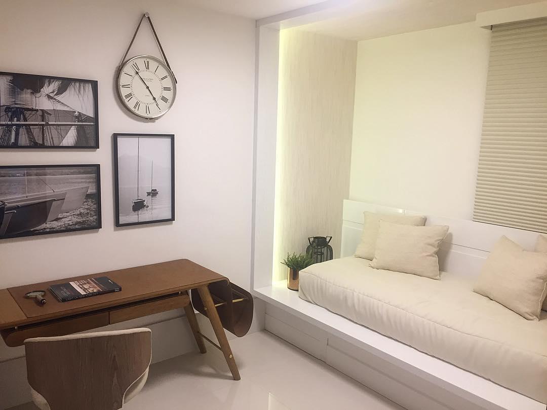 Uma cama e uma escrivaninha é o suficiente para o quarto
