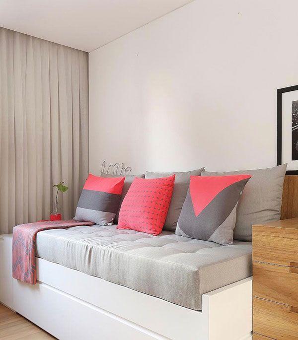 Sofá cama com almofadas coloridas