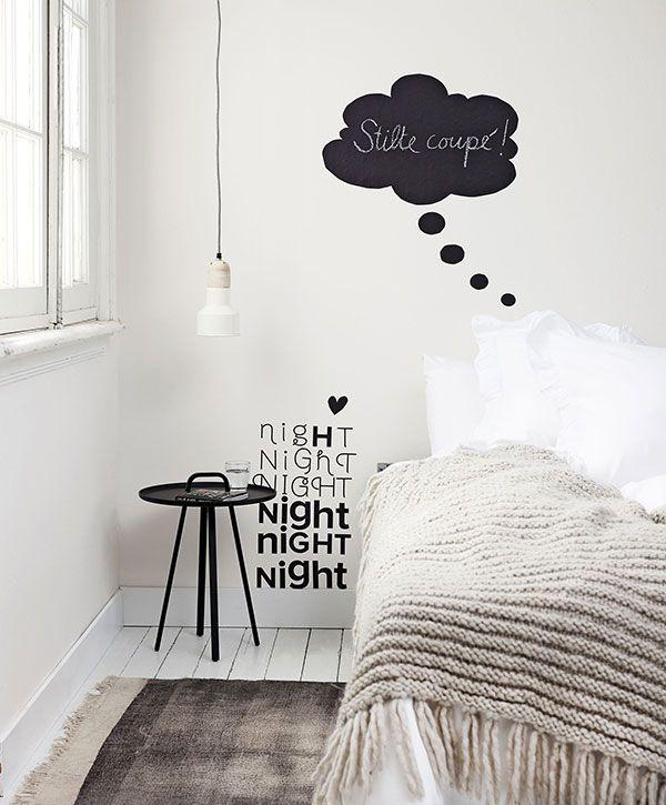 Deixe um clima descontraído com adesivos de parede.