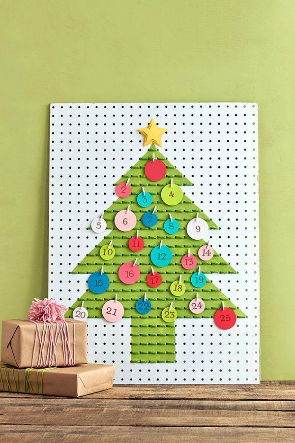 Placa metálica com árvore em forma de calendário