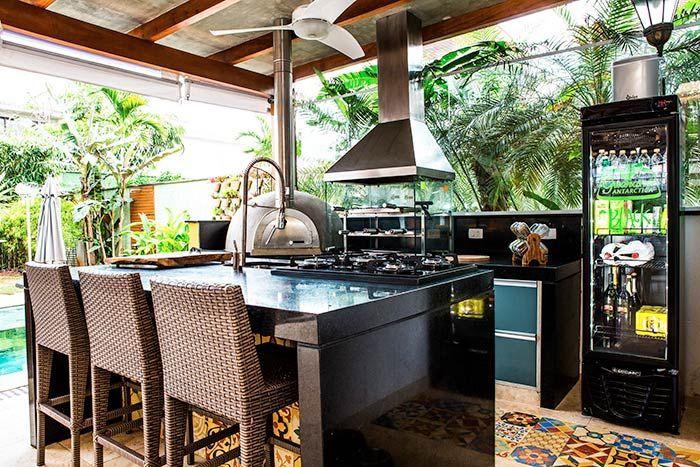 Área com churrasqueira, ilha central e geladeira especial