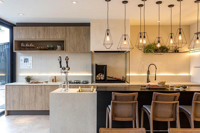 O estilo moderno é uma forma de sair do comum e do tradicional ao projetar uma área de lazer com churrasqueira