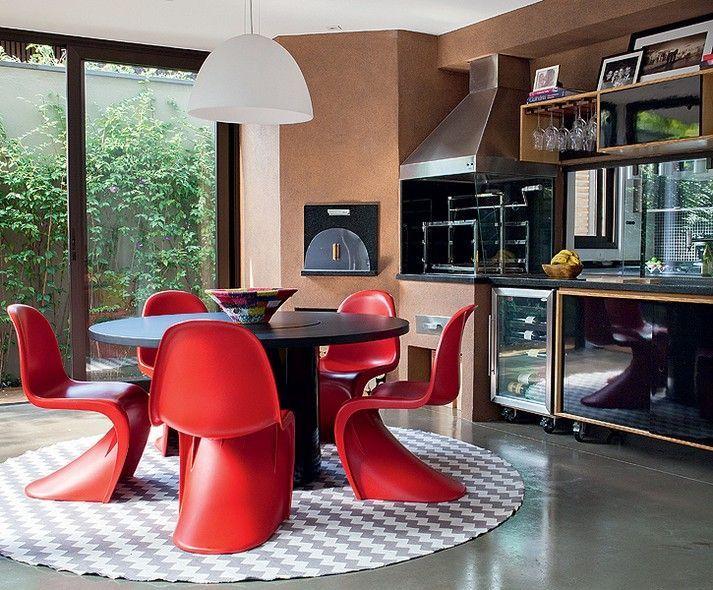 Área de lazer moderna com churrasqueira e forno