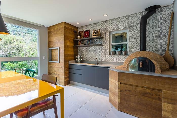 Espaço / área gourmet colorida e moderna com churrasqueira e forno a lenha