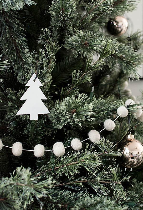 Cordão de bolinhas de feltro para fixar na árvore