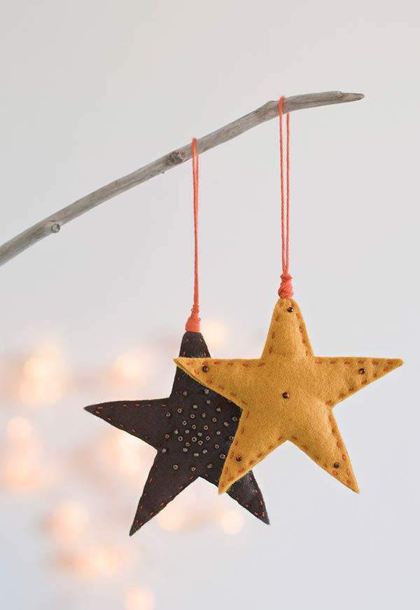 Pequenas estrelas em feltro para decorar a árvore