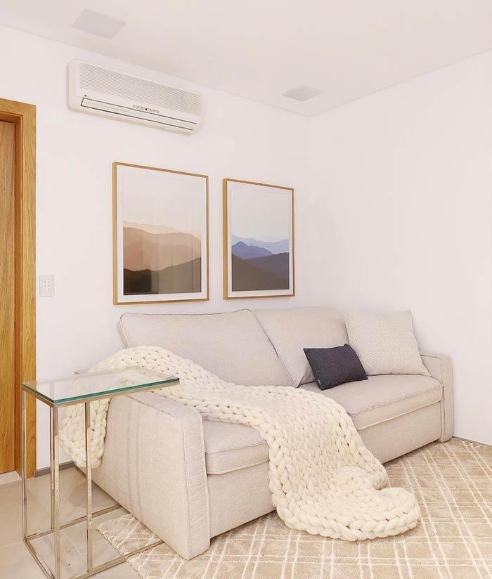 Os quadros acompanham o estilo de decoração da sala