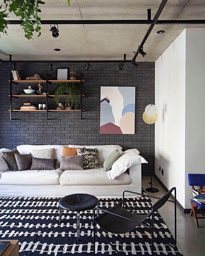 A parede preta ajuda a destacar a obra de arte