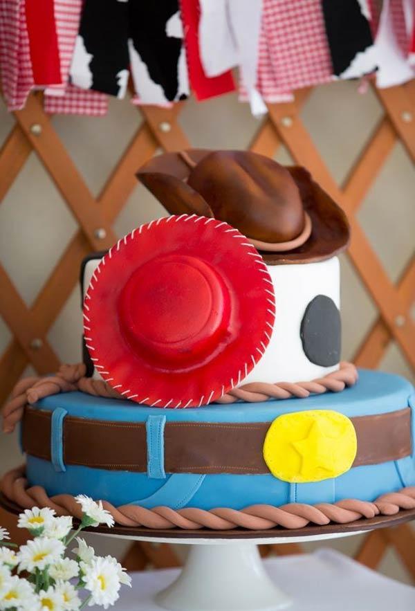 Bolo com chapéu de Woody e Jessie