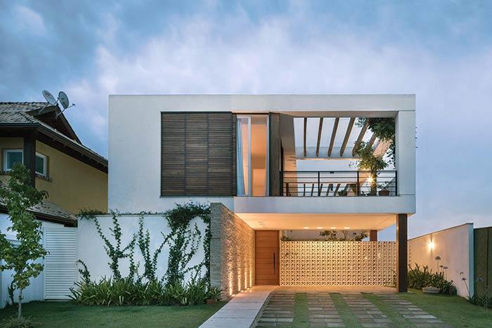 A parede em cobogó cria a integração do externo com o interno