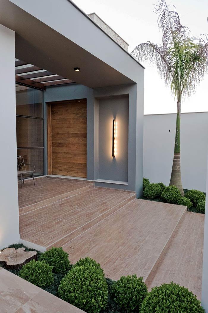 A paginação de piso ajuda a demarcar a entrada da casa
