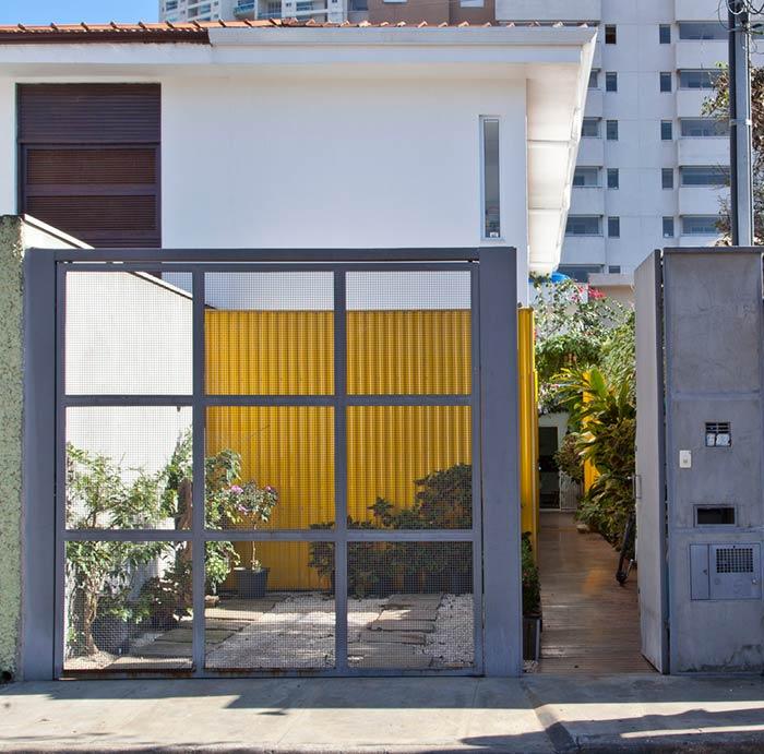 Entrada de casa com portão