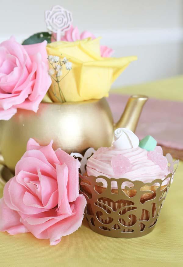 Detalhe de cupcake para festa Bela e a Fera