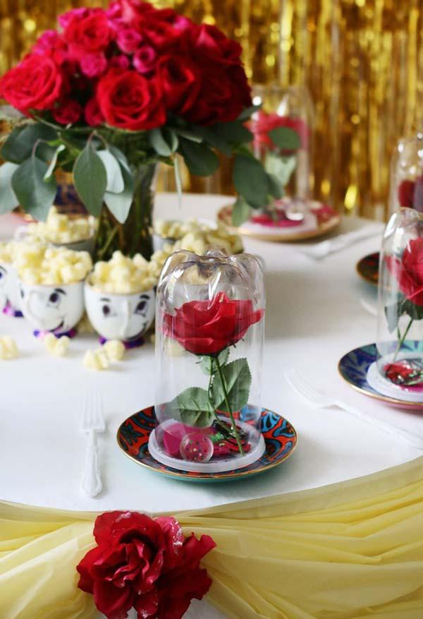 A rosa na redoma com mesa de centro