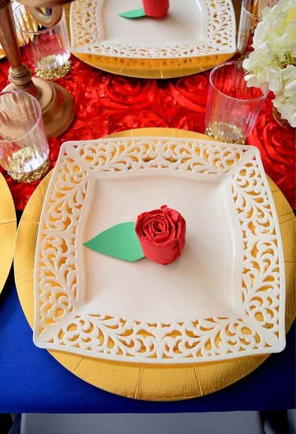 Rosa feita com guardanapo emcima da mesa