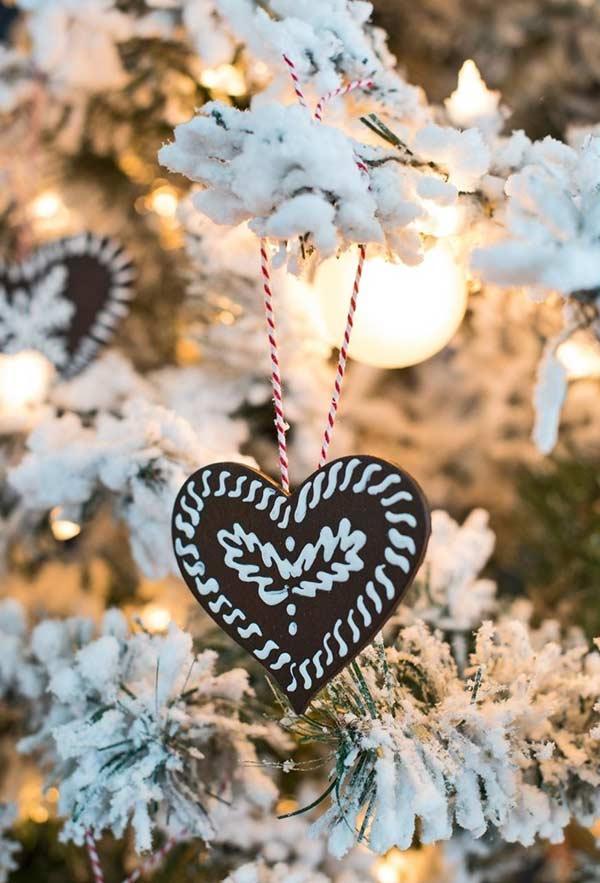 Coração de EVA com detalhes em tinta de alto relevo e barbante colorido