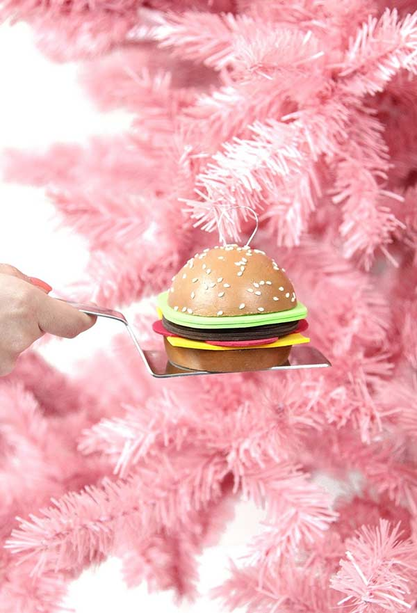 Um hamburguerzinho de enfeite na árvore de natal com recheio de EVA