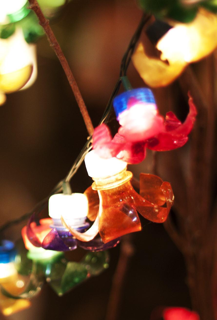 Luzes coloridas com garrafa pet
