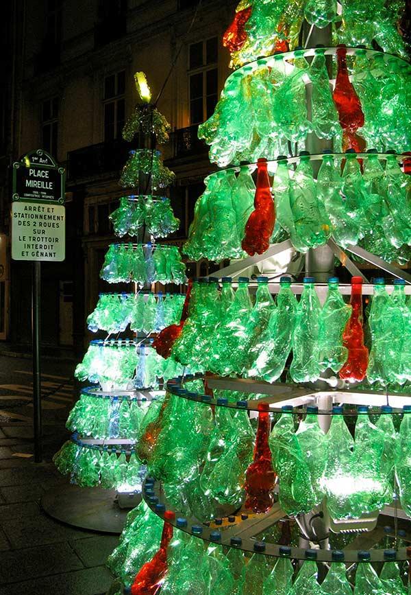 Árvore sustentável com garrafas pet usadas