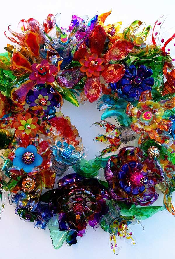 Guirlanda com flores de plástico